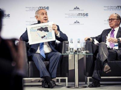 Le Premier ministre israélien Benjamin Netanyahu (à gauche) montre une carte du Moyen-Orient pendant une discussion avec le président de la Conférence de Munich sur la sécurité Wolfgang Ischinger    Lennart PREISS [MSC Munich Security Conference/AFP]