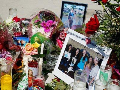 Des photos, des fleurs et des bougies en hommage aux victimes de la fusillade dans une école de Parkland, le 16 février 2018 en Floride - RHONA WISE [AFP/Archives]