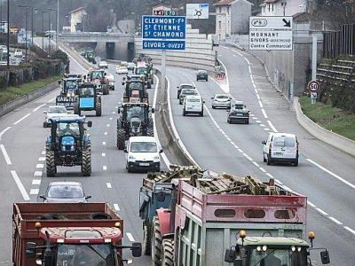 Des agriculteurs manifestent sur l'autoroute A 47 près de Lyon, le 21 février 2018 - JEAN-PHILIPPE KSIAZEK [AFP]