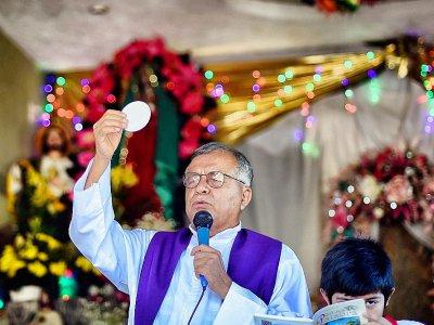 Le père Jesus Mendoza lors d'une messe près d'Acapulco, dans l'Etat de Guerrero, le 14 février 2018    Alfredo ESTRELLA [AFP]