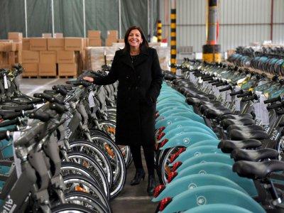 Anna Hidalgo pose sur fond de nouveaux vélos électrique à Paris, le 10 décembre 2017    LOIC VENANCE [AFP]