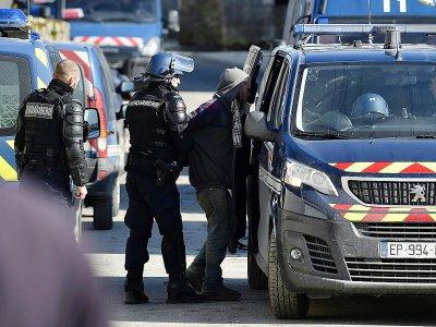 """Les gendarmes emmènent un membre de la """"Maison de la résistance"""" contre le projet d'enfouissement des déchets nucléaires à Bure, dans la Meuse, le 22 février 2018    JEAN-CHRISTOPHE VERHAEGEN [AFP]"""