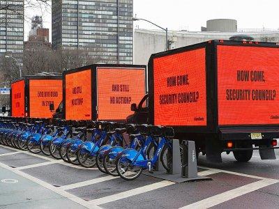 """Dans la veine du film """"Three Billboards Outside Ebbing, Missouri"""" des panneaux s'affichent autour du siège des Nations Unies à New York avant un vote du Conseil de sécurité sur la Syrie, le 22 février 2018    TIMOTHY A. CLARY [AFP]"""