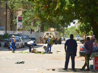 Des membres des forces de sécurité burkinabè près d'un véhicule blindé lors d'attaques armées dans la capitale, le 2 mars 2018 à Ouagadougou    Ahmed OUOBA [AFP]