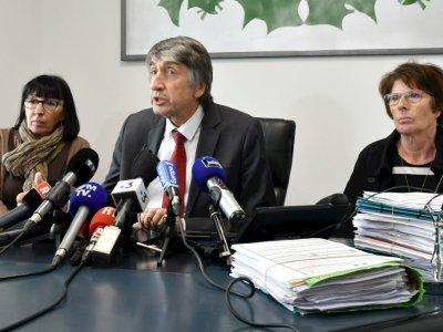 L'avocat Etienne Nicolau (C), entouré le 14 février 2018 à Perpignan de Conception Gonzalez (D) et de Marie-Jose Garcia (G), les mères de deux des trois femmes disparues entre 1995 et 1998 près de la gare de Perpignan    RAYMOND ROIG [AFP/Archives]