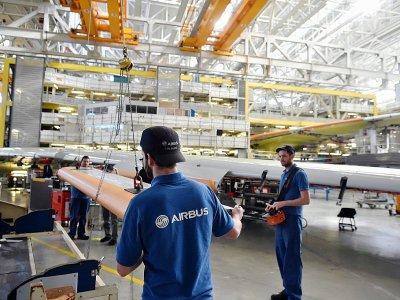 Des techniciens s'activent sur une ligne d'assemblage de l'Airbus A380 à Blagnac, dans la banlieue de Toulouse, le 6 mars 2018.    REMY GABALDA [AFP]