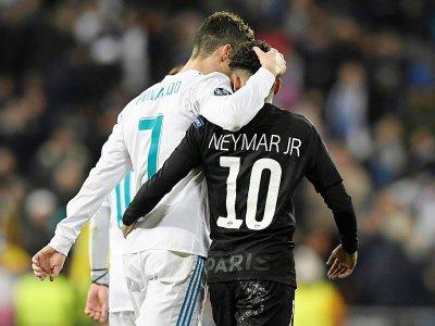 L'attaquant du Real Madrid Cristiano Ronaldo (G) et le Brésilien du PSG, Neymar (D) lors d'un match de Ligue des champions à Madrid, le 14 février 2018 - GABRIEL BOUYS [AFP]