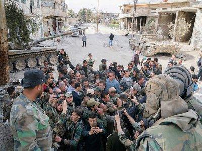 Photo publiée le 18 mars 2018 par la page Facebook de la présidence syrienne montrant le président Bachar al-Assad (C) rencontrant les forces du régime dans la Ghouta orientale - HO [Syrian Presidency Facebook page/AFP]