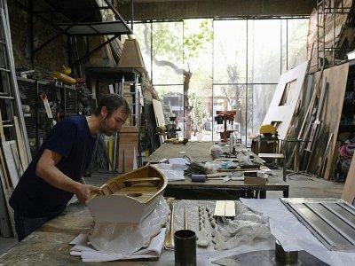 L'artiste argentin Leandro Erlich dans son atelier de Buenos Aires, le 9 mars 2018    JUAN MABROMATA [AFP]