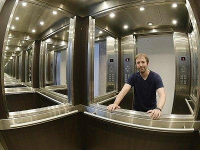 """L'artiste argentin Leandro Erlich à l'intérieur de son oeuvre """"L'ascenseur Maze, 2011"""", le 9 mars 2018 dans son atelier de Buenos Aires    JUAN MABROMATA [ARG/AFP]"""