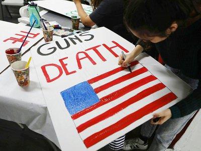 Un panneau contre la violence des armes à feu, à Los Angeles le 22 mars 2018    MARIO TAMA [GETTY IMAGES NORTH AMERICA/AFP]
