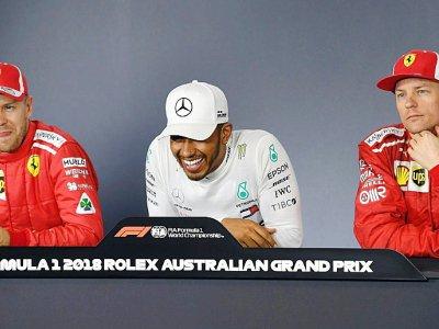 Lewis Hamilton (c/Mercedes), Sebastien Vettem (g/Ferrari) et Kimi Raikkonen (Ferrari) en conférence de presse après les qualif pour le GP d'Australie, le 24 mars 2018 à Melbourne - WILLIAM WEST [AFP]