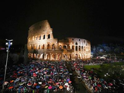 La cérémonie du Chemin de Croix devant le Colisée à Rome, le 30 mars 2018.    Filippo MONTEFORTE [AFP]