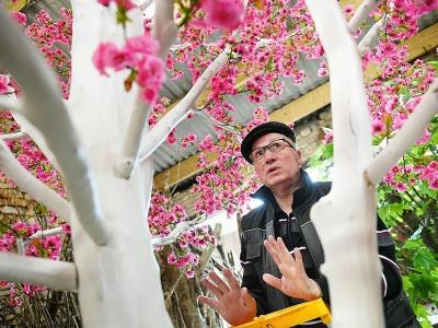 Hervé Mayon, 66 ans, peine aujourd'hui à transmettre son savoir-faire original, est l'un des professionnels mis à l'honneur par la 12e édition des Journées européennes des métiers d'art.    FREDERICK FLORIN [AFP]