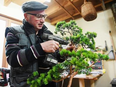 L'artisan, qui estime avoir mis 10 ans à maîtriser son métier, n'a suivi aucune formation particulière avant de se lancer.    FREDERICK FLORIN [AFP]