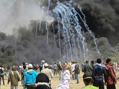Tirs de gaz lacymogènes en directions de manifestants palestiniens à la frontière Israël-Gaza à l'est de Khan Younès, le 6 avril 2018 - SAID KHATIB [AFP]
