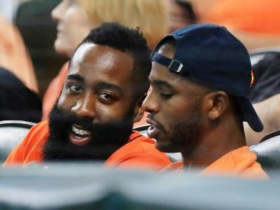 Chris Paul (d) et James Harden des Houston Rockets suivent le match Houston Astros-New York Yankees en la Ligue américaine, le 14 octobre 2017 à Houston    RONALD MARTINEZ [Getty/AFP/Archives]