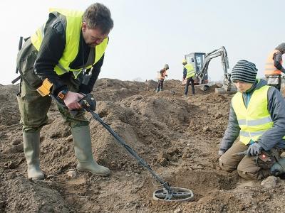 L'archéologue amateur René Schön et l'écolier de 13 ans Luca Malaschnitschenko ont fait la découverte d'une pièce en janvier à l'aide d'un détecteur de métal dans un champ près de la localité de Schaprode sur l'île allemande de Rügen en mer Baltique    Stefan Sauer [dpa/AFP]