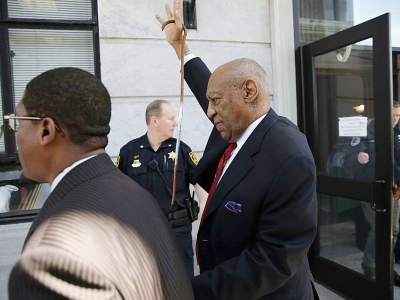 Bill Cosby (c), reconnu coupable d'agression sexuelle, quitte le tribunal de Norriston, le 26a vril 2018 en Pennsylvanie