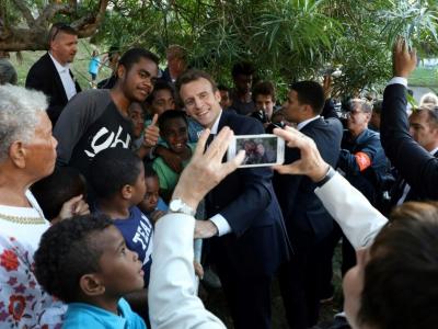 Le président Emmanuel Macron rencontre les habitants du quartier populaire de Montravel, le 4 mai 2018 à Nouméa, en Nouvelle-Calédonie - Ludovic MARIN [AFP]
