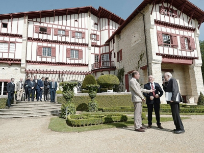 Les experts internationaux arrivent à la Villa Arnaga, à Cambo-les-Bains, pour la conférence actant la dissolution de l'ETA    IROZ GAIZKA [AFP]