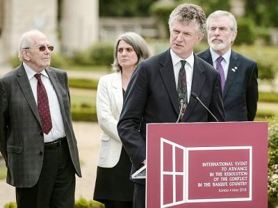 """Le diplomate britannique Jonathan Powell lit la déclaration finale après la conférénce internationale pour une """"paix juste et durable"""" actant la dissolution de l'ETA à Cambo-les-Bains, dans le Pays basque français, le 4 mai 2018    IROZ GAIZKA [AFP]"""