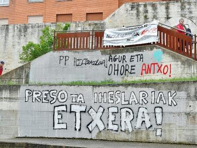 Des graffitis demandant le retour à la maison des prisonniers de l'ETA, le 3 mai 2018 à Agurain, en Espagne    ANDER GILLENEA [AFP]