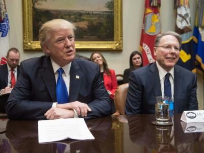 Donald Trump avec le dirigeant de la NRA Wayne LaPierre à la Maison Blanche le 1er février 2017    NICHOLAS KAMM [AFP/Archives]