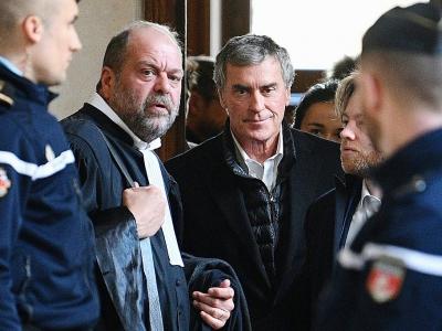 L'ancien ministre du Budget Jérôme Cahuzac (D)et son avocat Me Eric Dupond-Moretti (G), à Paris le 12 février 2018 - Eric FEFERBERG [AFP/Archives]