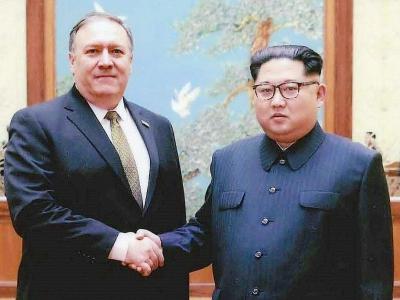 Le chef de la diplomatie américaine Mike Pompeo et le leader nord-coréen Kim Jong Un, le 26 avril 2018 à Pyongyang    HO [US Government/AFP/Archives]