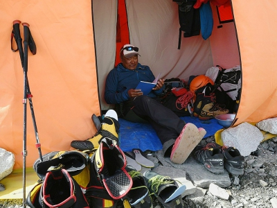Le guide Ang Tshering Lama se repose dans sa tente du camp de base de l'Everest le 23 avril 2018    © Prakash MATHEMA [AFP/Archives]