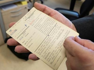L'Office compte 1,7 million de fiches cartonnées rangées par ordre alphabétique, recensant tous les criminels nazis connus à ce jour. Photo prise le 19 avril 2018    THOMAS KIENZLE [AFP]