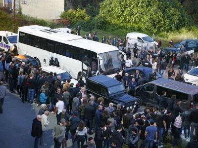 Des supporters et des policiers entourent le car des joueurs du Havre qui arrivent au stade d'Ajaccio, le 18 mai 2018    PASCAL POCHARD-CASABIANCA [AFP/Archives]