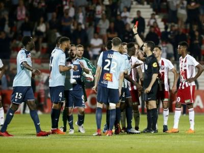 L'arbitre de la rencontre AC Ajaccio-Le Havre adresse un carton rouge au Havrais Jean-Philippe Mateta, en barrage de Ligue 2, le 20 mai 2018 en Corse    PASCAL POCHARD-CASABIANCA [AFP]
