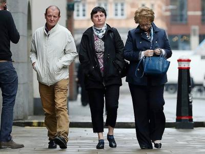 Les parents de Sophie Lionnet, Catherine Devallonné (c) et Patrick Lionnet (g), arrivent au tribunal de Londres, le 24 mai 2018 pour le procès de ses meurtriers, Sabrina Kouider et Ouissem Medouni - Daniel LEAL-OLIVAS [AFP]