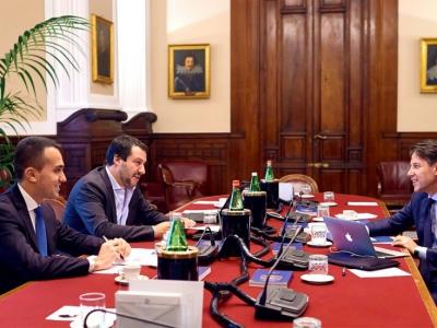 Une photo publiée sur la page Facebook du M5S montre le Premier ministre désigné Giuseppe Conte (à droite) au cours d'une réunion avec les leaders du M5S Luigi Di Maio (à gauche) et de la Ligue Mateo Salvino (au centre), le 25 mai 2018 à Rome    HO [FACEBOOK/AFP]