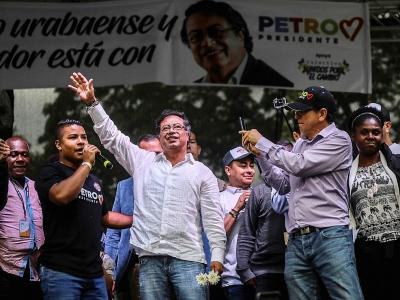 Le candidat de la gauche à la présidentielle Gustavo Petro (c) lors d'un meeting de campagne, le 16 mai 2018 à Medellin, en Colombie - JOAQUIN SARMIENTO [AFP/Archives]