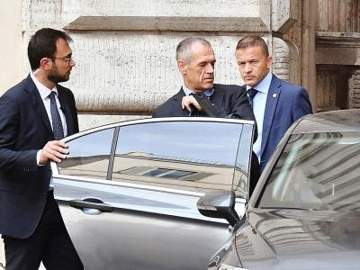 Le Premier ministre italien désigné Carlo Cottarelli (c) quitte le Parlement après une réunion informelle avec le président Sergio Mattarella, le 30 mai 2018 à Rome    Andreas SOLARO [AFP]