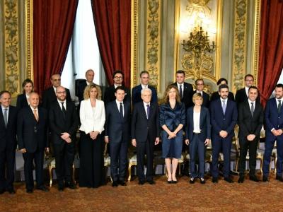 Le nouveau gouvernement italien et le Premier ministre, Giuseppe Conte, avec le président, Sergio Mattarella, le 1er juin 2018 à Rome    Alberto PIZZOLI [AFP]