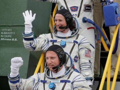 De haut en bas: l'astronaute allemand Alexander Gerst, l'astronaute américaine Serena Aunon-Chancellor et le cosmonaute russe Sergueï Prokopiev montent à bord d'une fusée Soyouz avant de décoller vers l'ISS à Baïkonour, au Kazakhstan, le 6 juin 2018 - DMITRI LOVETSKY [POOL/AFP]