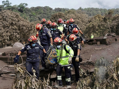 Les secouristes transportent le corps d'une victime dans le village de San Miguel Los Lotes le 7 juin 2018 - Johan ORDONEZ [AFP]