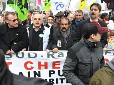Le secrétaire général de l'Unsa-ferroviaire Roger Dillenseger (2e G), le leader de la CGT Philippe Martinez (au centre) et celui de la CGT-cheminots, Laurent Brun (D) lors de la manifestation du 22 mars 2018 contre les réformes d'Emmanuel Macron    ALAIN JOCARD [AFP/Archives]