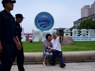 Un couple prend un selfie devant une installation de l'Organisation de coopération de Shanghai, le 8 juin 2018 à Qingdao, en Chine    WANG ZHAO [AFP]