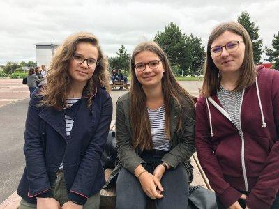 Mathilde Lechassant, Julie Beziau et Morgane Sarrazin, élèves en Terminale S au lycée Fresnel à Caen (Calvados).    Solenn Boulant