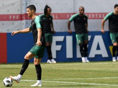 L'attaquant vedette Cristiano Ronaldo avant une séance d'entraînement de l'équipe du Portugal, le 24 juin 2018 à Kratovo    Francisco LEONG [AFP]