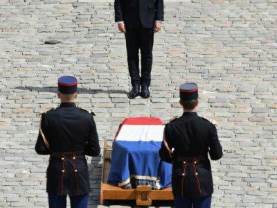 Emmanuel Macron se recueillant devant le cercueil de Simone Veil lors de l'hommage aux Invalides, le 5 juillet 2017 - ALAIN JOCARD [AFP/Archives]