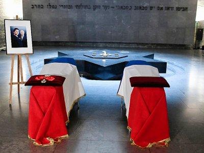 Les cercueils de Simone et Antoine Veil au Mémorial de la Shoah à Paris, le 29 juin 2018 - STEPHANE DE SAKUTIN [AFP/Archives]