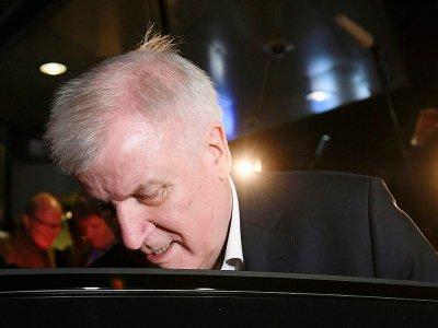 Le ministre allemand de l'Intérieur Horst Seehofer quitte une réunion de son parti, la CSU, le 2 juin 2018 à Berlin - Christof STACHE [AFP]