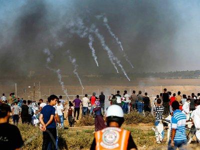 Les forces israéliennes tirent des gaz lacrymogènes contre des manifestants rassemblés près de la barrière de sécurité séparant Israël de la bande de Gaza, le 20 juillet 2018 - SAID KHATIB [AFP]