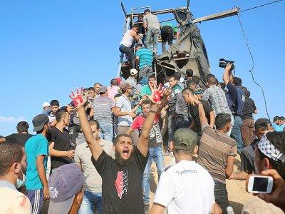 Des Palestiniens protestent après la destruction d'un poste d'observation du Hamas près de Khan Younis le 20 juillet 2018 - SAID KHATIB [AFP]